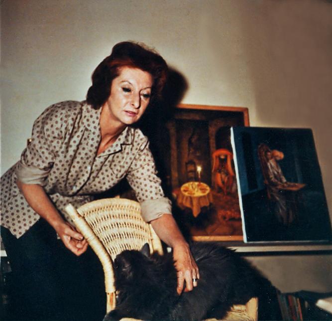 Remedios Varo en su estudio con su gato Zorillo y al fondodos cuadros Presencia inqietante y Visita inesperada Foto de Kati Horna 1959