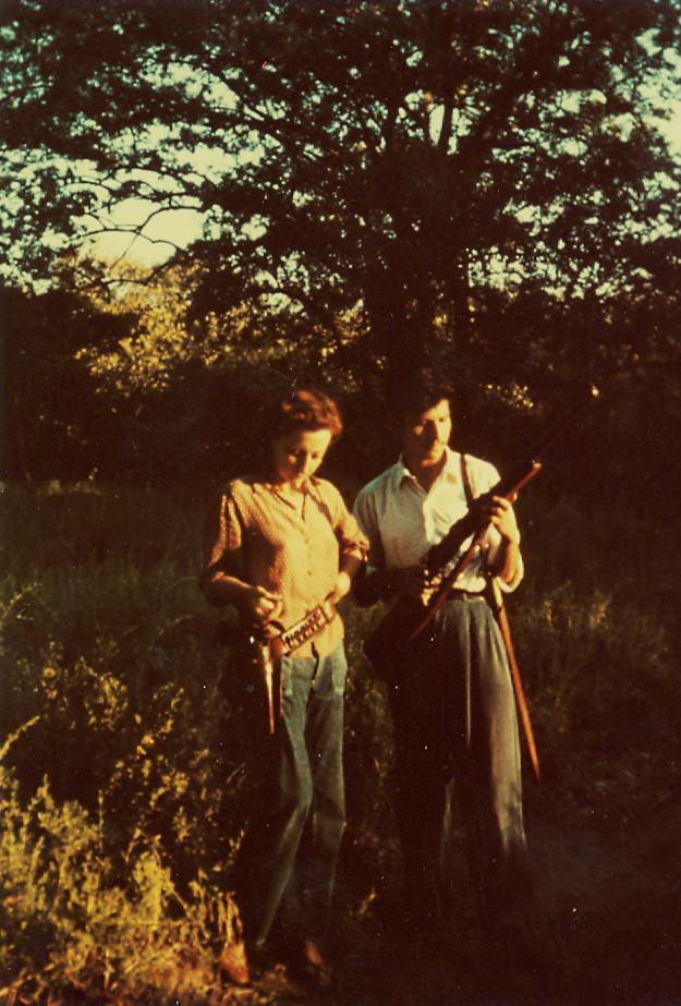 Remedios Varo y Jean Nicole c en la selva de Venezuela armados 1949